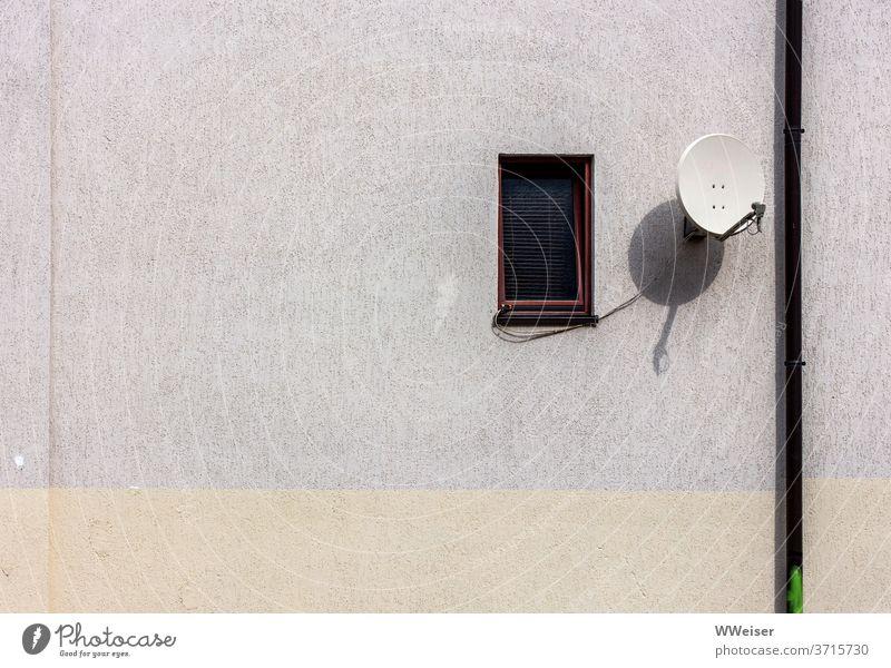 Stilleben mit Fallrohr, kleinem Fenster und Satellitenschüssel Mauer Wand Haus Hauswand Jalousie Empfang Fernsehen angekippt Licht hell leer Gebäude Tag Stadt