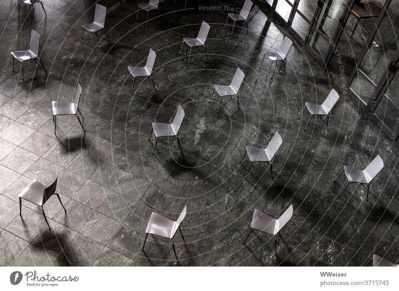 Die Stühle für das Publikum sind gemäß den Abstandsregeln aufgestellt Corona Coronavirus Corona-Virus COVID Schutz Pandemie Sicherheit eineinhalb Meter Konzert