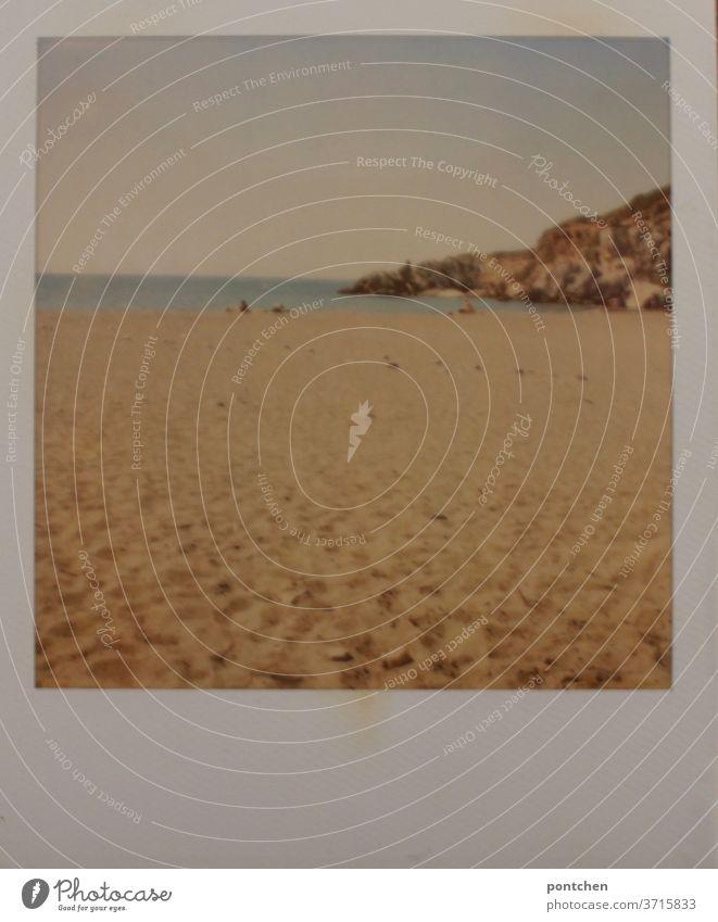 Polaroid zeigt eine Szene am Meer mit Felsen und Strand. Irgendwo in Griechenland meer urlaub felsen griechenland polaroid strandbesucher badegäste erholung