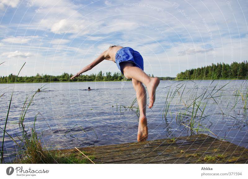 Junger Mann springt in einen See, sommerliche Froschperspektive Mensch Himmel Natur blau Wasser Sommer Sonne Wolken Freude Leben Bewegung Freiheit