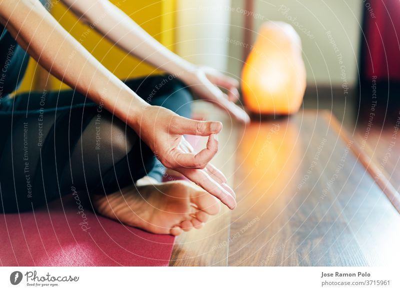 Detail der Frauenhände in entspannter Yogastellung Gesundheit Erholung Kontemplation stimmig Übung sich[Akk] entspannen Komfort Klasse Atmung Sitzen hübsch