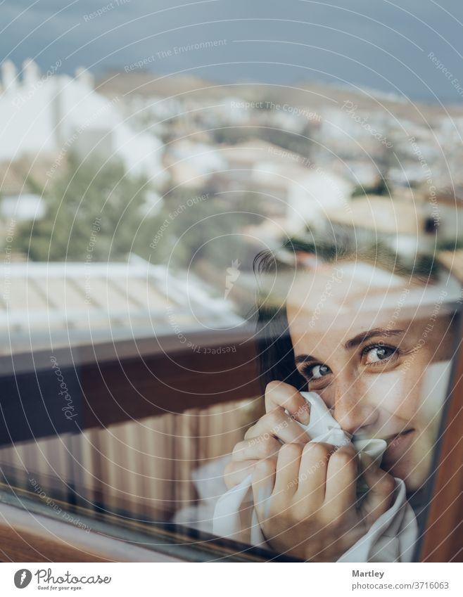 Porträt einer hübschen brünetten Frau mit blauen Augen, in die Kamera blickend, durch Glas fotografiert. sexy Lippe zu Hause zu Hause bleiben Model Schlafzimmer