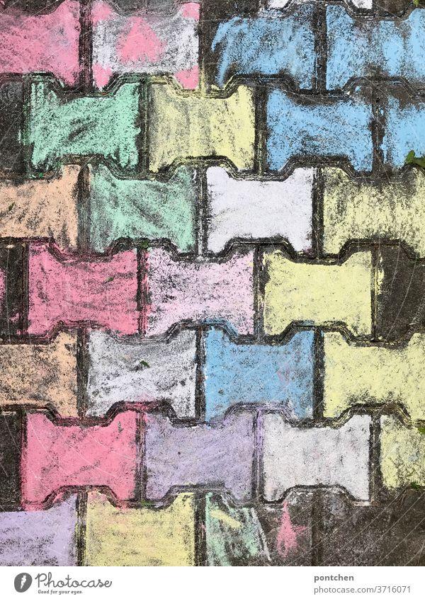 Mit Straßenkreide bunt bemalte Pflastersteine Kreide Kreativität Kinderspiel malen bemalen Kindheit Freizeit & Hobby mehrfarbig Strassenmalerei Freude Spielen