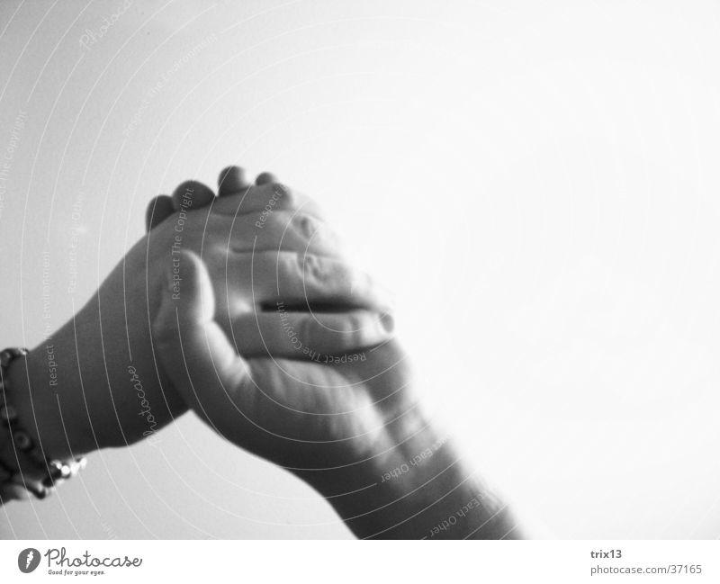 Hand in Hand Mensch weiß Liebe schwarz Freundschaft Zusammensein Kraft Arme Finger Zusammenhalt Halt
