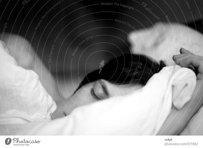 Gute Nacht! Krankheit Erholung ruhig Häusliches Leben Bett Schlafzimmer Ruhestand Feierabend Frau Erwachsene Gesicht 1 Mensch 30-45 Jahre Bettdecke Kissen