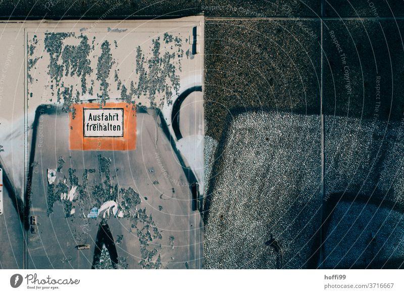 Ausfahrt freihalten - Verwirrung an der Wand Warnschild Parkplatz Autobahnausfahrt Schilder & Markierungen Hinweisschild Piktogramm ausfahrt freihalten