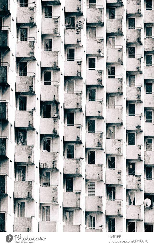 alternde Balkone prägen das Bild modern Fassade Nachkriegsarchitektur Hochhaus Appartement Architektur Armut Struktur Bauwerk Design Enttäuschung Frustration