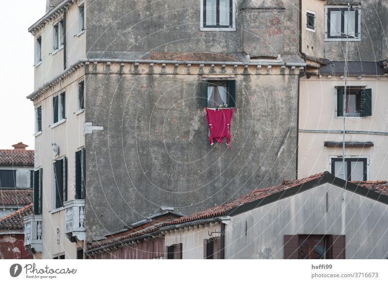 Waschtag - der rote Bademantel hängt draußen am Fenster zum trocknen Wäsche waschen wäsche trocknen hängen Altstadt Venedig venedig anders Häusliches Leben