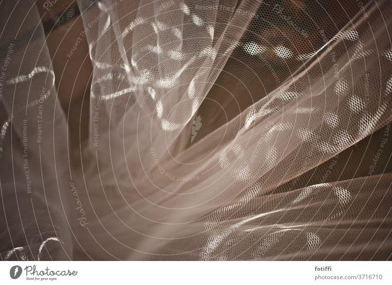 Gardine im Lichtstreif Mückenschutz Netz Strukturen & Formen Muster Menschenleer Schatten Lichtspiel Vorhang abstrakt Innenaufnahme Kontrast verschlungen