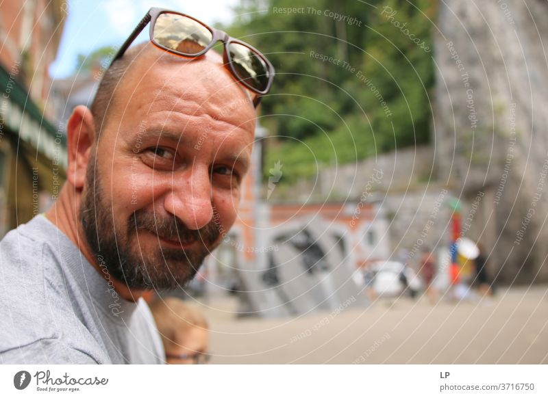 Mann mit Bart und Brille auf dem Kopf, der in die Kamera lächelt Vollbart bärtig echte Menschen Erwachsene Porträt Typ Coolness Lifestyle Stil Kaukasier lässig