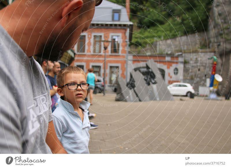 Brillenträger unterhält sich mit seinem Vater Junge Eltern Kindererziehung Kindheit Erwachsene Familie & Verwandtschaft Sohn Porträt Zusammensein Vertrauen