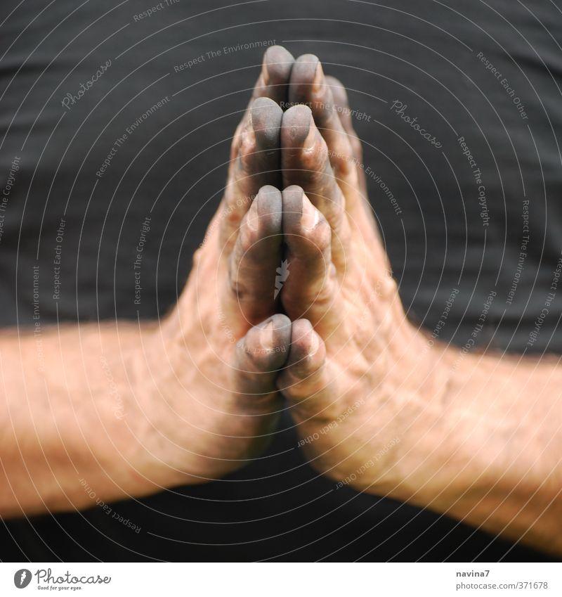 Dürerhommage Mensch Mann Hand schwarz Erwachsene Arbeit & Erwerbstätigkeit dreckig 45-60 Jahre Glaube Theaterschauspiel Gebet Künstler Handwerker Gartenarbeit