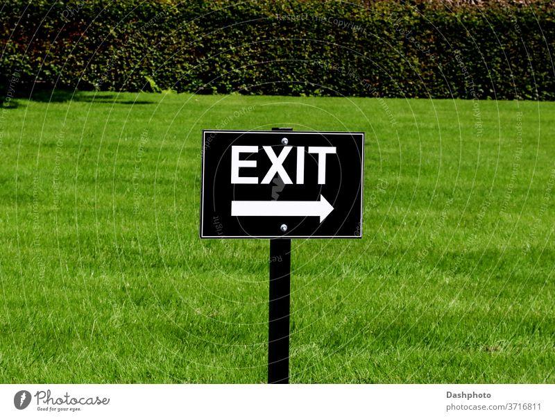 Schwarz-weißes Ausfahrtschild an einem Country Estate Parkplatz Anziehungskraft Veranstaltung Sammeln Zeichen Schild Wegweiser Holzplatte Pfeil schwarz