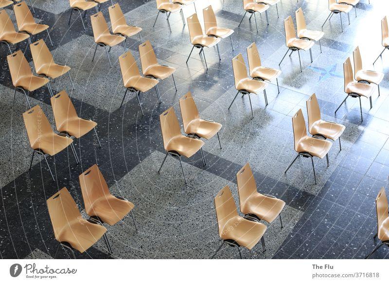 Mindestabstand beachten Abstand COVID19 coronavirus Corona-Virus Schule Aula Stuhl Stuhlreihe Einschulung Fliesen u. Kacheln Pandemie Gesundheit