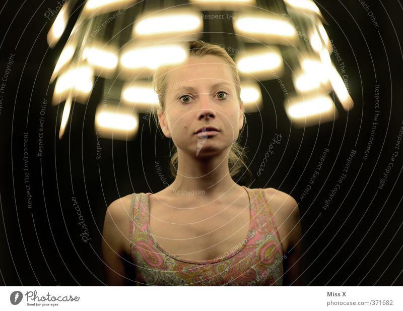 aus dem Licht Mensch Frau Jugendliche 18-30 Jahre Erwachsene Gefühle feminin außergewöhnlich Lampe leuchten gefährlich Krankheit Medikament Stress drehen