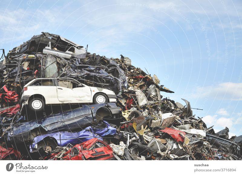kaputte autos auf dem schrottplatz (II) Auto Schrott Schrottplatz Pkw Metall schrottreif alt Autowrack Fahrzeug Verkehrsmittel Vergänglichkeit