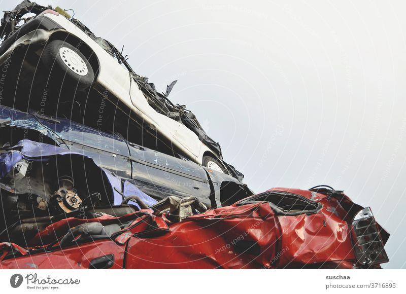 kaputte autos auf dem schrottplatz Auto Schrott Schrottplatz Pkw Metall schrottreif alt Autowrack Fahrzeug Verkehrsmittel Vergänglichkeit nicht verkehrstüchtig