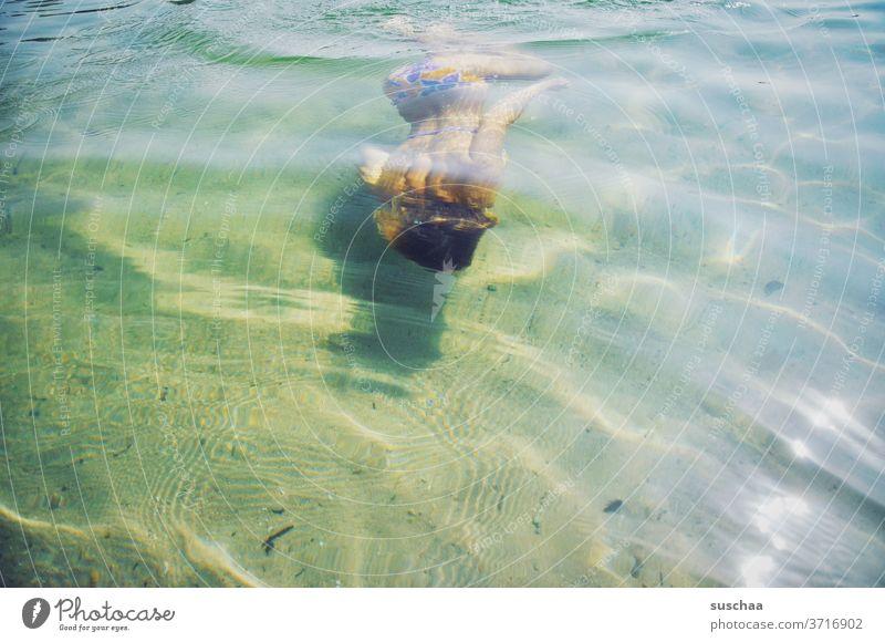 tauchende jugendliche in seichtem seewasser Kind Mädchen Jugendliche Teenager Wasser Seewasser Badesee Sommer Erfrischung erfrischend baden schwimmen Bikini