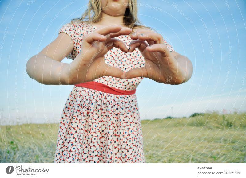 mädchen hält ein herz aus händen ins bild Kind Mädchen Kleid Sommer sommerlich Hände Finger Herz Herz aus Händen geformt lieb Love Liebe Hand Gefühle Kindheit