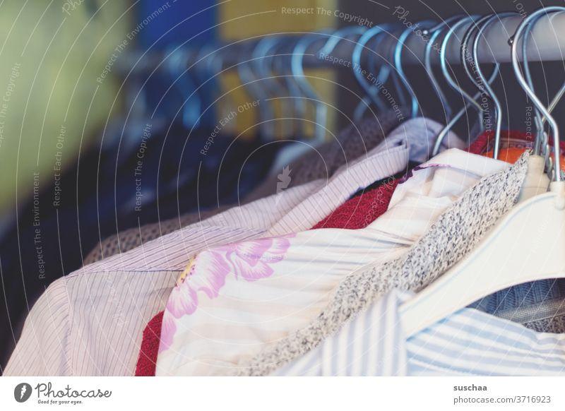 klamotten an einer kleiderstange Klamotten Kleidung Kleiderbügel Kleiderstange Second Hand Kleiderschrank aussortieren aussuchen anziehen Aufhängung Bekleidung