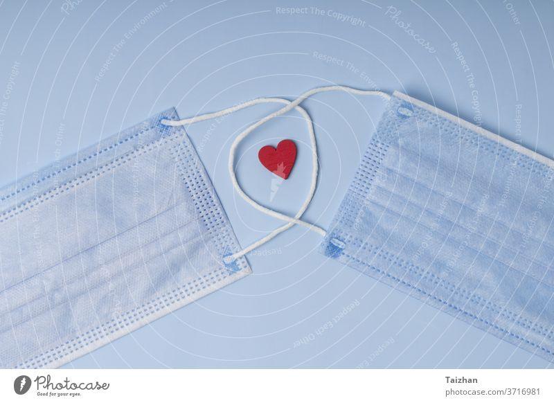 Hygienemaske mit rotem Herz .  Pandemie-Versicherung, luftübertragene Krankheiten. Konzept Pflege und Behandlung mit Liebe Atmung Korona Coronavirus Arzt