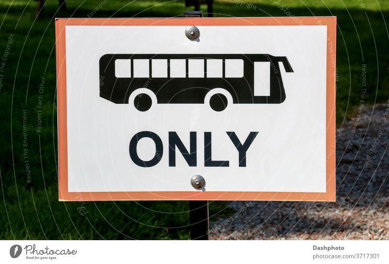 """Schild """"Nur Busse parken"""" auf einem Parkplatz auf dem Land Anziehungskraft Veranstaltung Sammeln Ländermesse Zeichen Wegweiser Holzplatte nur Busse Busparkplatz"""