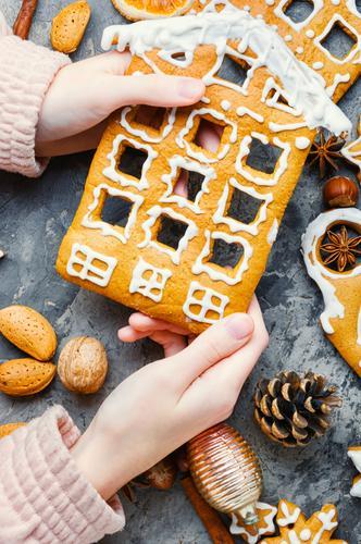 Hausgemachtes Weihnachts-Lebkuchenhaus Gebäck Keks Weihnachten Lebkuchenplätzchen Feiertag Dekoration & Verzierung selbstgemacht Herstellung Hand Lebensmittel