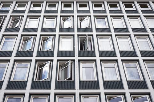 Hotelgebäude mit vielen Fensterreihen Gebäude Herberge mehrstöckig Schlafsaal Außenseite Fassade modern urban Appartement Wohnsitz Architektur Haus niemand