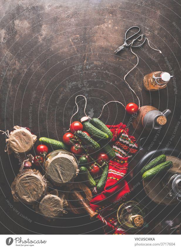 Zubereitung von hausgemachten Essiggurken in Gläsern . Rustikal . Grenze Vorbereitung selbstgemacht eingelegt Gurken Schere Schnur rot Küche Handtuch Erdöl