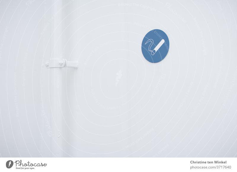 weiße Raucherecke mit blau-weissem Piktogramm 'Rauchen erlaubt' und weißem Metallrohr rauchen rauchen erlaubt Zigarette Zigarettenqualm Rohr Fallrohr ungesund