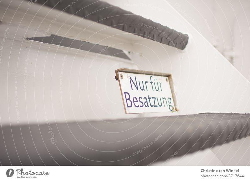 """""""Nur für Besatzung"""" steht auf dem Schild, das an der Metalltreppe auf einer Fähre angebracht ist Schilder & Markierungen Hinweisschild Warnschild Verbotsschild"""