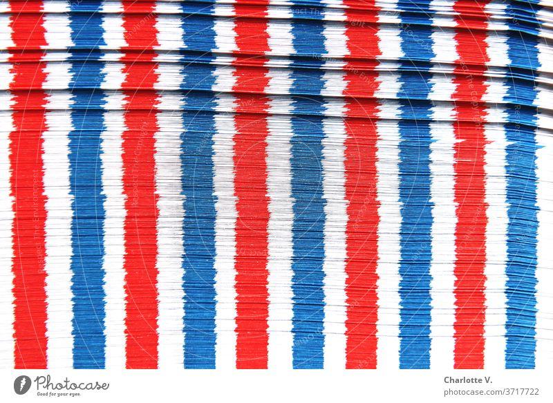 Luftpostumschlagspielerei | Rot-weiß-blaue Längsstreifen mit Querelen Strukturen & Formen Dinge Streifen rot abstrakt Muster Farbfoto Nahaufnahme Design