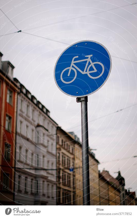 Verkehrsschild für einen Fahrradweg in der Stadt Fahrradfahren Radweg Verkehrswege Schild Verkehrszeichen Straßenverkehr Verkehrswende Verkehrsmittel