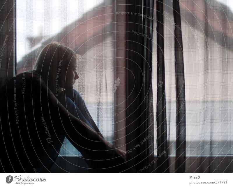 Traurig Mensch feminin Junge Frau Jugendliche Erwachsene 1 18-30 Jahre Fenster träumen Traurigkeit Krankheit Gefühle Stimmung Sorge Trauer Liebeskummer