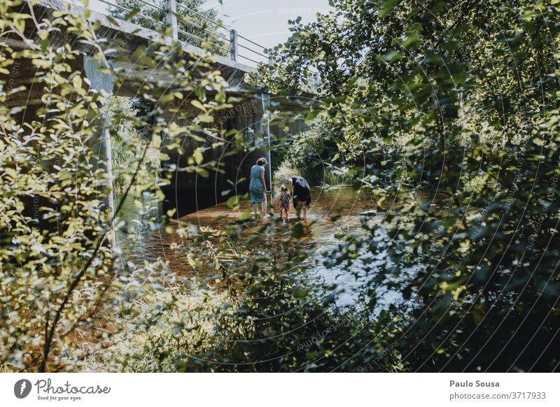 Zwei Mädchen und ein Kind spielen auf dem Fluss Menschen Familie & Verwandtschaft Mutter Mutterschaft Stolz Kindheit Kindheitserinnerung Sommer Sommerurlaub