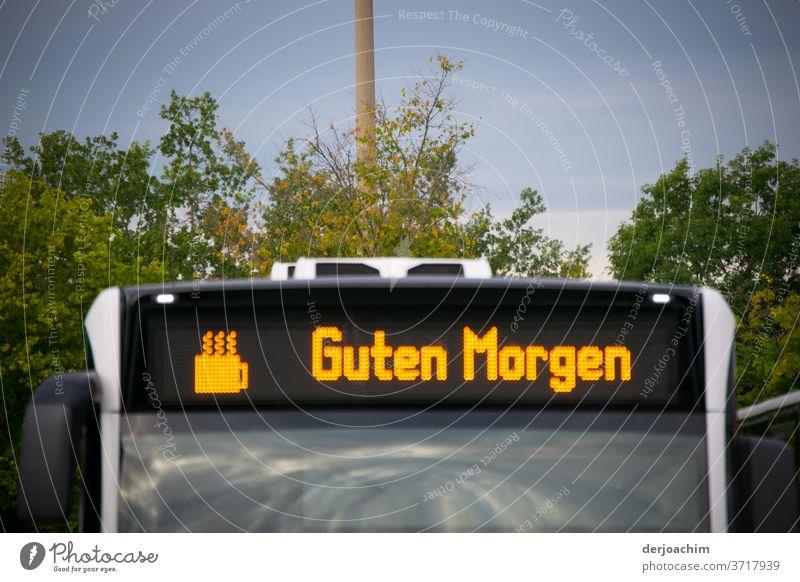 GUTEN MORGEN ..mit Kaffee steht auf einem Bus mit der Grafik einer Tasse Kaffee. Verkehr Station Straße Verkehrsmittel Außenaufnahme Farbfoto Personenverkehr