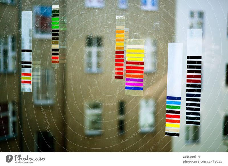 Bunte Streifen am Fenster altbau bunt druck druckerei drucksache farbe farbig farbkalibrierung farbmuster farbspektrum farbverlauf farbwert fassade fenster haus