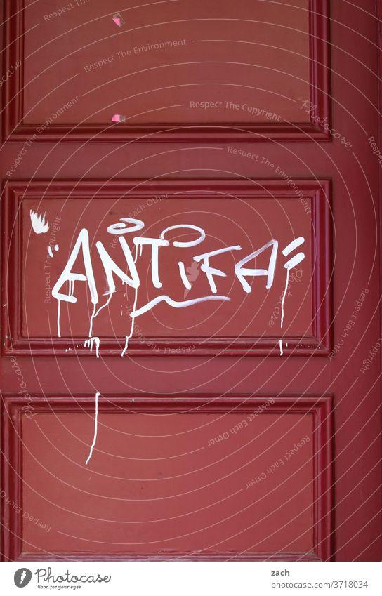 Rot auf rot Wand Schriftzeichen Kreativität Jugendkultur Kunst Straßenkunst Botschaft Fassade Wandmalereien Graffiti streetart Street Mauer Tür Antifaschismus