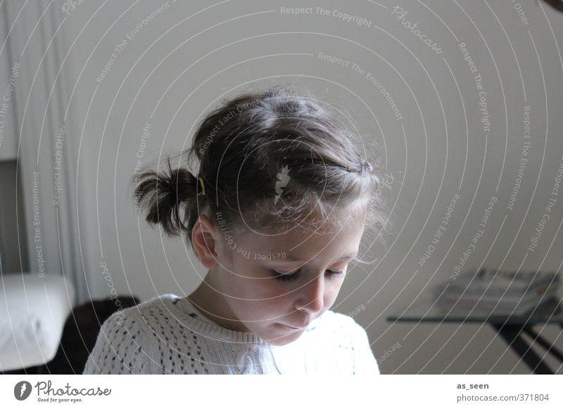 Lesendes Mädchen Mensch Kind weiß ruhig schwarz feminin braun Kindheit Zufriedenheit lesen brünett Pullover Zopf 3-8 Jahre