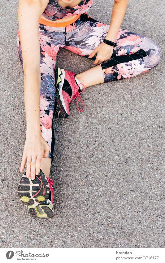 junge Frau, die sich zum Laufen streckt Athlet Sport Fitness rennen strecken passen Läufer Training Übung Lifestyle Gesundheit Start sportlich laufen Stärke
