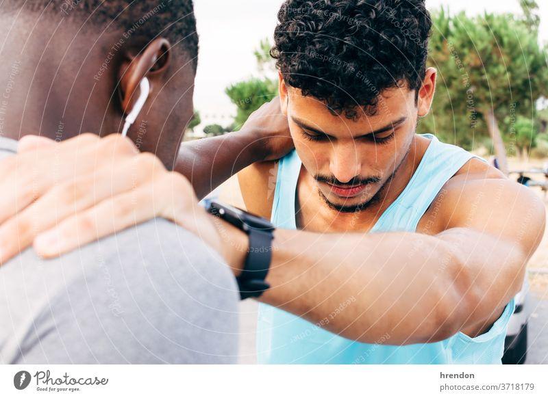 zwei junge Männer wärmen sich vor dem Training auf strecken Sport Fitness trainiert. Übung Anfänge Bonden Läufer Stehen Zusammensein Zusammengehörigkeitsgefühl