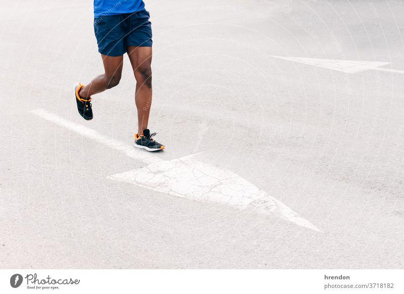 unerkannter Mann läuft auf dem Asphalt Sport rennen Schuh Athlet Straße Lifestyle Joggen Bewegung Bein Training Läufer unkenntlich Gesundheit Übung passen