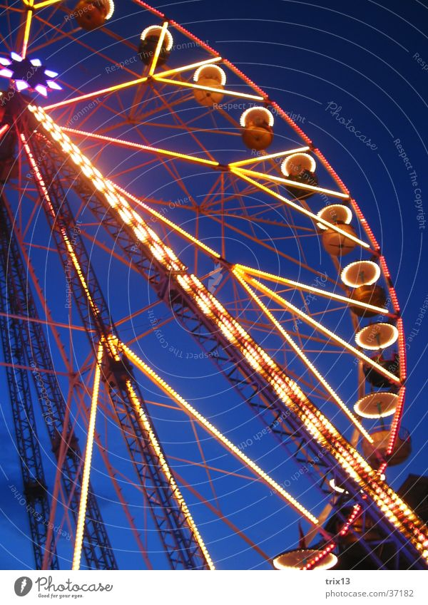 Riesenrad Himmel blau gelb Farbe dunkel Beleuchtung Niveau Dinge Jahrmarkt