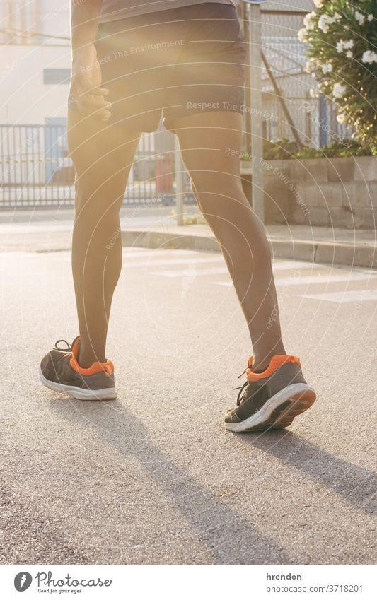 Nahaufnahme eines laufenden Mannes nicht erkennbare Person Lifestyle Sonnenlicht trainiert. im Freien Gesunder Lebensstil Schuh Joggen Sport rennen