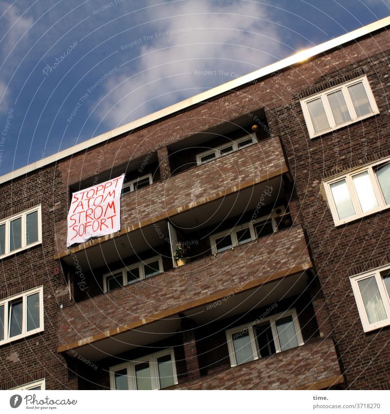 Ansage (1) haus plakat widerstand demonstration balkon atomstrom Energiewirtschaft Erneuerbare Energie fenster backstein himmel wolken sonnig sonnenlicht