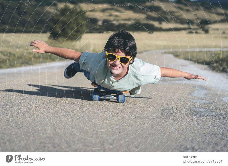 glückliches Kind mit Skateboard und Sonnenbrille unterwegs Schlittschuh Sport reisen Kindheit Glück Skater Fröhlichkeit Schlittschuhlaufen Aktivität Lifestyle