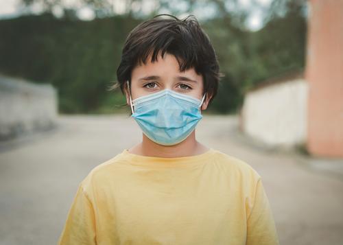 Nahaufnahme eines Kindes mit medizinischer Maske Coronavirus Virus medizinische Maske Seuche Pandemie Quarantäne covid-19 Symptom Medizin Gesundheit Mundschutz