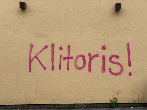 """Graffiti """"Klitoris"""" - Frauenpower grafitti frauentag Weltfrauentag Homosexualität lesbisch lesben lesben und schwulenszene frauen an die macht Liebe"""