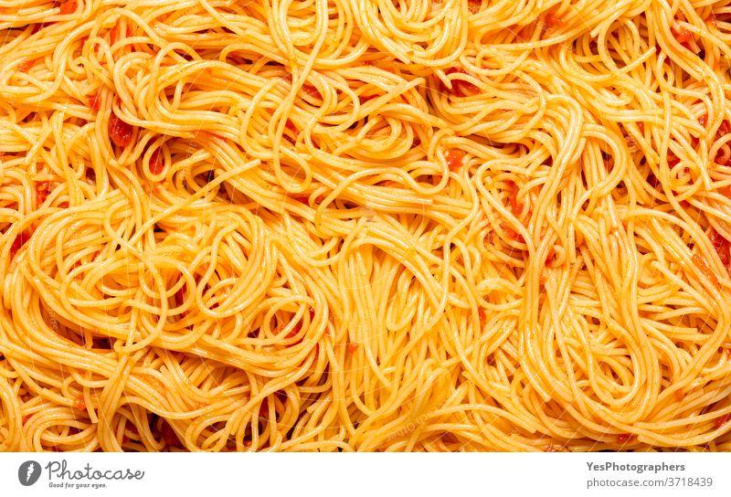 Spaghetti mit italienischer Tomatensauce von oben gesehen. Gekochte Spaghetti mit einer pikanten Sauce. obere Ansicht Hintergrund gebacken Kohlenhydrat