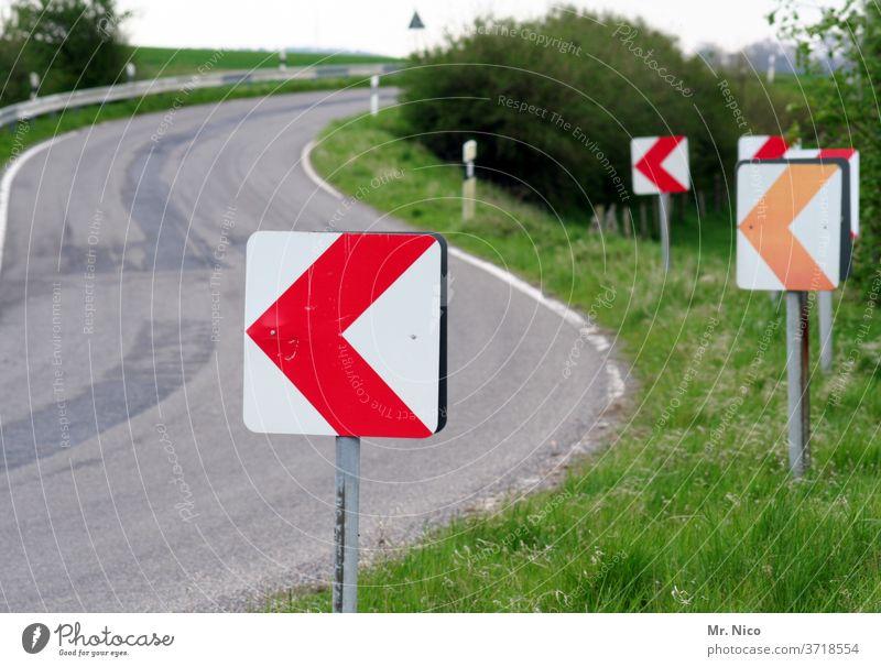 Achtung Kurve Straße Wege & Pfade Asphalt Schilder & Markierungen Fahrbahnmarkierung Orientierung Richtung Pfeil Hinweisschild Straßenverkehr Verkehrswege